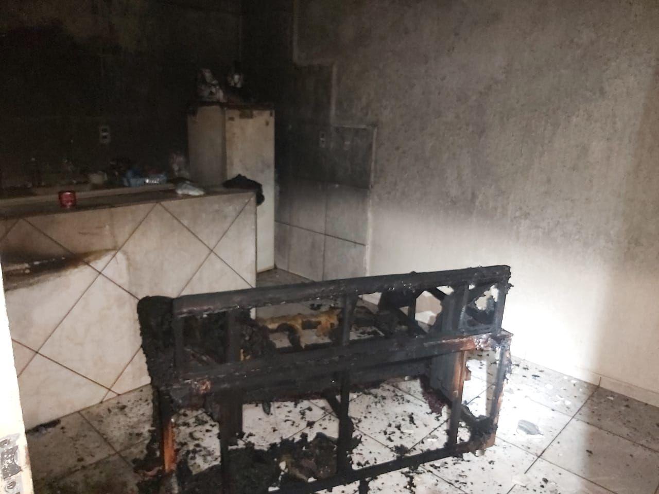 Homem é preso após incendiar sofá na casa de mulher em Castilho -