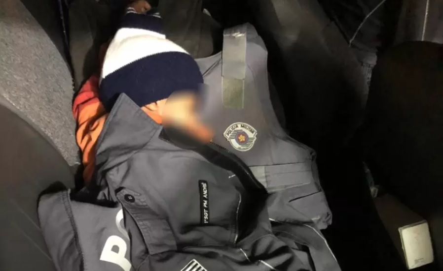 """""""Pensamos que fosse alguma brincadeira ou ela tivesse fugido"""", diz policial que encontrou criança tremendo de frio - Reprodução"""